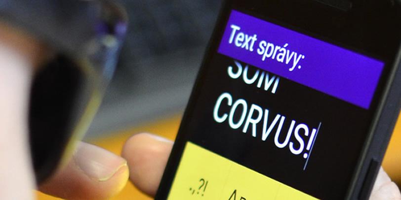 corvus - napísaný text na telefóne - som corvus