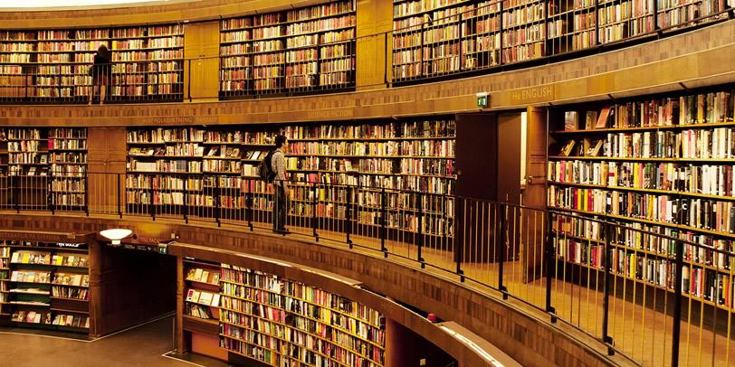 Kruhová knižnica s knihami