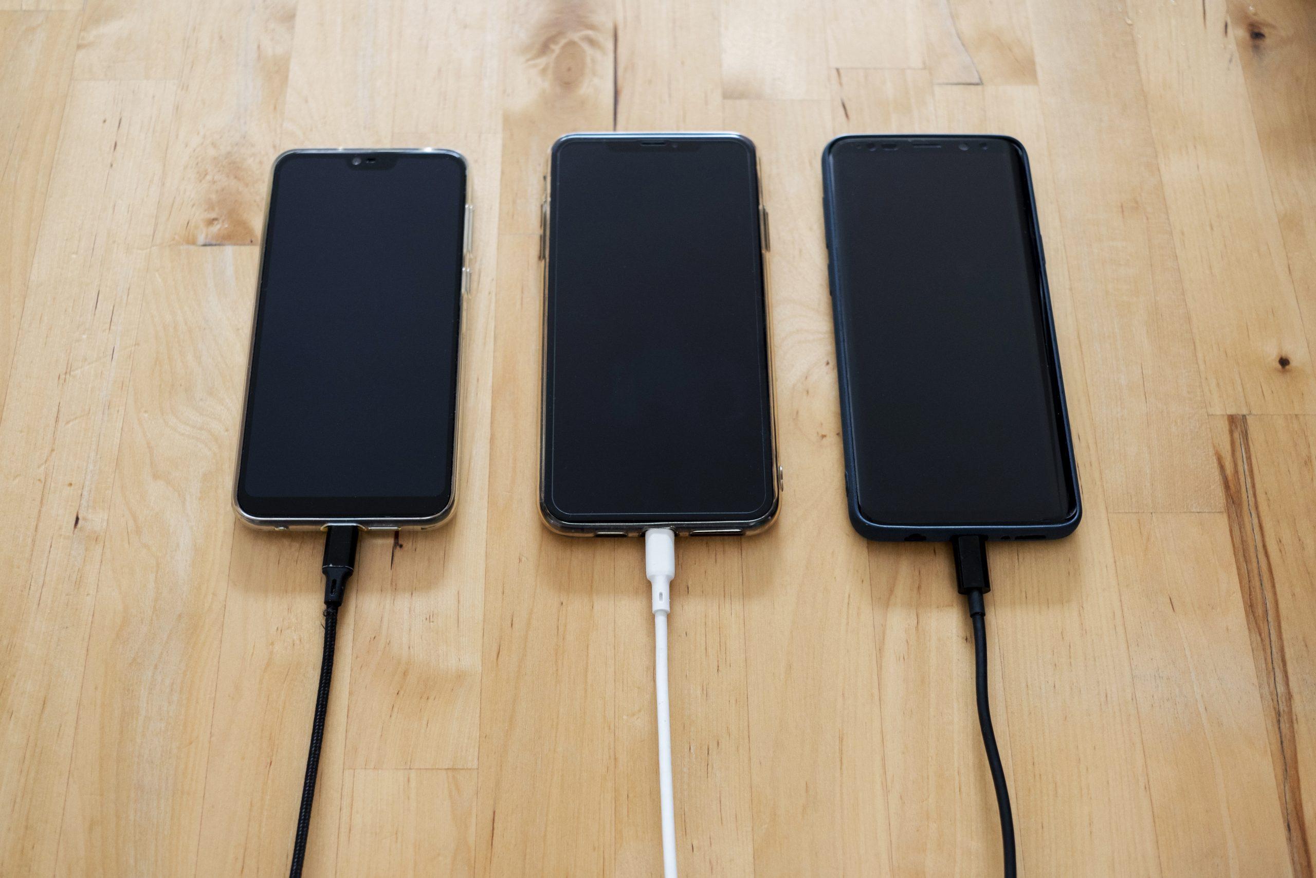 Tri dotykové telefóny vedľa seba